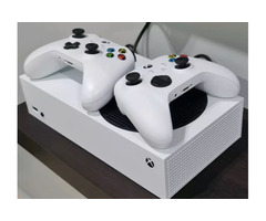 Xbox Series S + 2 Controllers